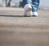Retrato de caminar femenino en zapatos blancos cómodos Fotos de archivo libres de regalías