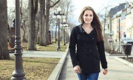 Retrato de caminar moreno hermoso de la muchacha Imagen de archivo