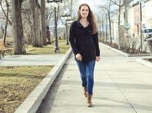 Retrato de caminar moreno hermoso de la muchacha Fotografía de archivo