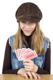 Retrato de cartões de jogo de sorriso da moça e vista da câmera, é muito satisfeito com os cartões de vencimento em sua mão Foto de Stock