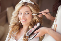 Retrato de casamento de sorriso da noiva com composição e hairsty bonitos fotografia de stock royalty free