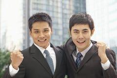 Retrato de Cheering de dois homens de negócios Fotos de Stock Royalty Free