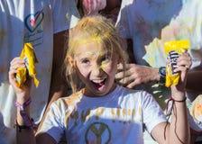 Retrato de chicas jóvenes felices en color del holi Imágenes de archivo libres de regalías