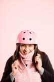 Definição real de ciclagem vestindo do fundo do rosa do retrato do capacete da mulher engraçada Foto de Stock