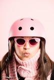 Fundo de ciclagem vestindo do rosa do retrato do capacete da mulher engraçada   Fotografia de Stock