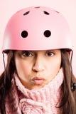 Definición real de ciclo del fondo del rosa del retrato del casco de la mujer que lleva divertida Imagen de archivo libre de regalías