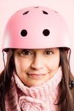 Definición real de ciclo del fondo del rosa del retrato del casco de la mujer que lleva divertida Foto de archivo