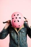 Fondo de ciclo del rosa del retrato del casco de la mujer que lleva divertida real Fotografía de archivo libre de regalías