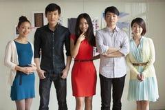 Retrato de cinco executivos no escritório criativo imagens de stock