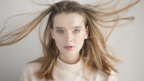 Retrato de Cinemagraph de una mujer joven hermosa en estudio almacen de video