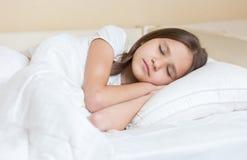 Retrato de Closuep del adolescente hermoso con el pelo moreno largo que duerme en cama Fotos de archivo libres de regalías