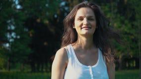 Retrato de Clouse-up de uma menina de sorriso Câmera de vista profissional da jovem mulher feliz filme