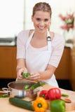 Retrato de cocinar sonriente de la mujer Foto de archivo libre de regalías