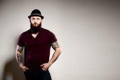 Retrato de colocar al hombre barbudo hermoso en sombrero Imagenes de archivo