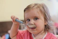 Retrato de comer do bebê imagens de stock