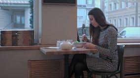 Retrato de comer la ensalada en mujer joven hermosa del restaurante metrajes