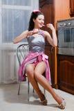 Retrato de comer a menina bonita do pino-acima da jovem mulher do encanto saboroso do bolo que tem o divertimento que senta-se na Foto de Stock