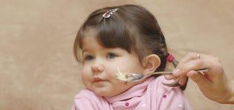 Retrato de comer o bebê foto de stock royalty free