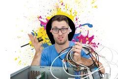 Retrato de confuso él profesional con destornillador y los cables delante del ope Fotos de archivo libres de regalías