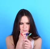 Retrato de confuso femenino joven confuso qué opción para hacer w Imagen de archivo
