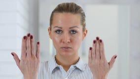 Retrato de convite da mulher no escritório vídeos de arquivo