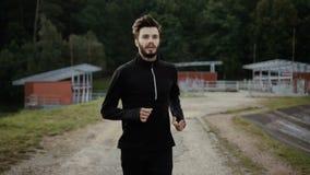 Retrato de correr o desportista caucasiano farpado Feche acima do homem considerável do movimento lento Da calma meditação da apt filme