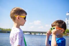 Retrato de crianças felizes em um dia ensolarado brilhante Amizade Férias de verão Fotografia de Stock Royalty Free