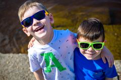 Retrato de crianças felizes em um dia ensolarado brilhante Amizade verão Fotos de Stock Royalty Free