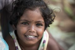 Retrato de crianças indianas no mercado local da manhã em Hospet, Ka fotografia de stock royalty free