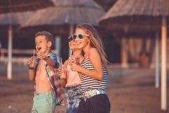Retrato de crian?as felizes ao ter o divertimento que anda na praia fotografia de stock royalty free