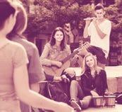 Retrato de cuatro adolescentes que juegan la música junta al aire libre Fotografía de archivo libre de regalías
