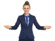 Retrato de dar la bienvenida feliz de la mujer de negocios foto de archivo libre de regalías