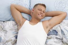 Retrato de descansar o homem novo foto de stock royalty free