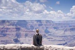 Retrato de descanso da mulher do caminhante do Grand Canyon Imagem de Stock
