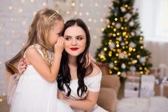 Retrato de desejos de sussurro do presente do segredo ou do Natal da filha fotos de stock