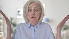 Retrato de discutir a la mujer mayor enojada almacen de video