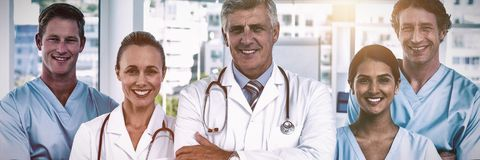 Retrato de doctores y de cirujanos confiados imagenes de archivo