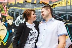 Retrato de dois amantes novos bonitos Fotos de Stock