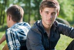Retrato de dois amigos ao ar livre de volta à parte traseira Imagens de Stock Royalty Free