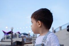 Retrato de dois anos bonitos da obscuridade velha do menino para ouvir-se fotografia de stock