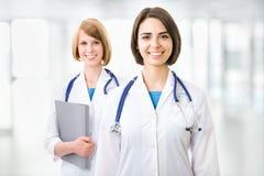 Retrato de dois doutores fêmeas bem sucedidos Imagens de Stock