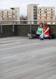 Retrato de dois estudantes universitários imagens de stock
