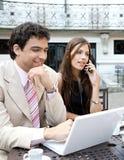 Executivos que encontram-se no café. imagens de stock