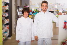 Retrato de dois farmacêuticos de riso imagem de stock royalty free