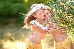 Retrato de dois gêmeos das irmãs fotografia de stock royalty free