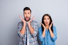 Retrato de dois jovens surpreendidos, amantes funky com m aberto largo Imagem de Stock