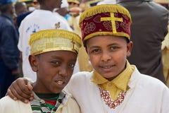 Retrato de dois meninos etíopes que vestem trajes tradicionais durante celebrações religiosas de Timkat Christian Orthodox mim fotos de stock royalty free