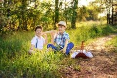 Retrato de dois sorrisos dos irmãos e dos melhores amigos dos meninos foto de stock royalty free