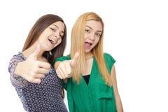 Retrato de dos adolescentes que muestran la muestra aceptable Fotos de archivo libres de regalías