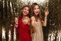 Retrato de dos alegres felices en vestidos brillantes Foto de archivo libre de regalías